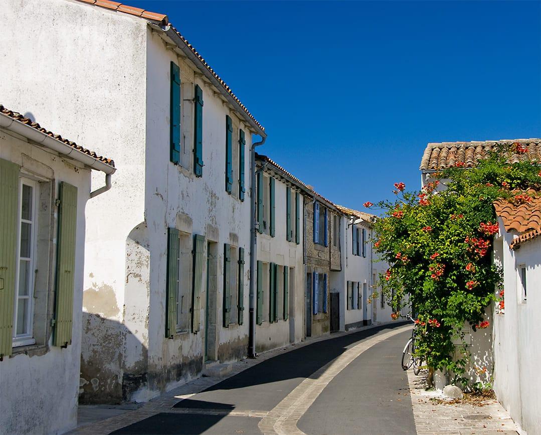 Découvrez les ruelles typiques de l'île de Ré lors de votre séjour dans nos chambres d'hotes sur l'île de Ré