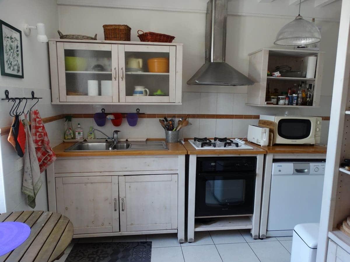 La cuisine équipée du gite sur l'île de Ré pour un séjour en famille tout confort -Les Fillattes