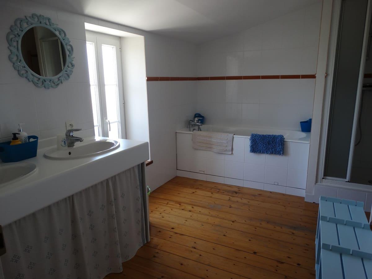 La salle de bain avec baignoire du gite sur l'île de Ré pour un séjour en famille tout confort - Gite sur l'île de Ré -Les Fillattes