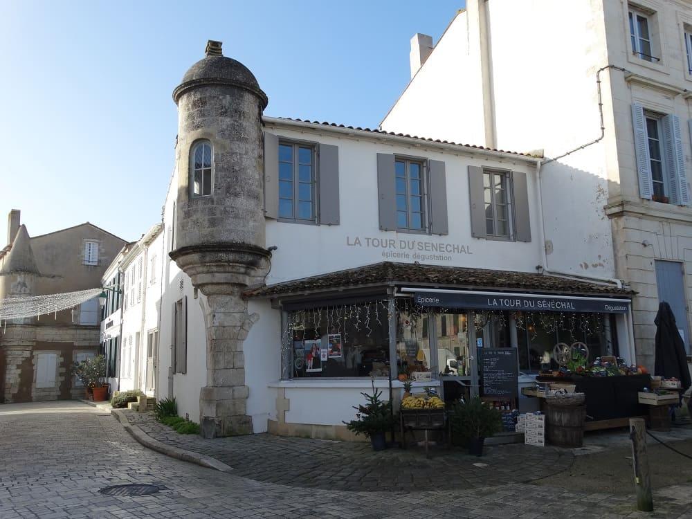 Ars-en-Ré, un petit village de charme à visiter lors de votre séjour à noel en famille dans le gite des Fillattes