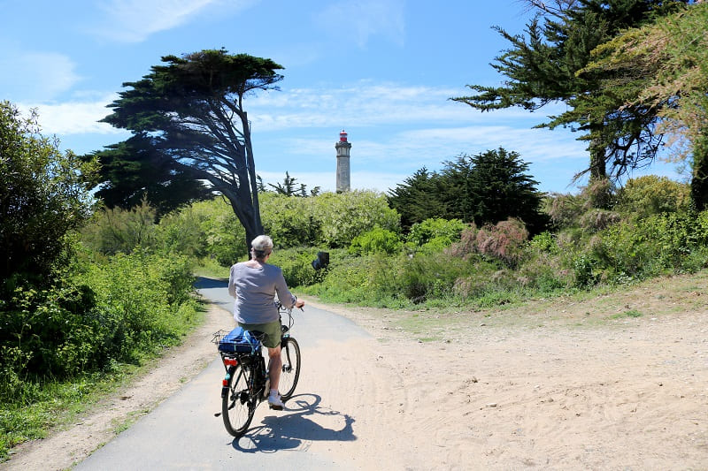 Faire du vélo sur l'île de Ré c'est l'occasion de découvrir les secrets de l'île comme le phare des baleines situé à 5 mn de la chambre d'hôtes Les Fillattes