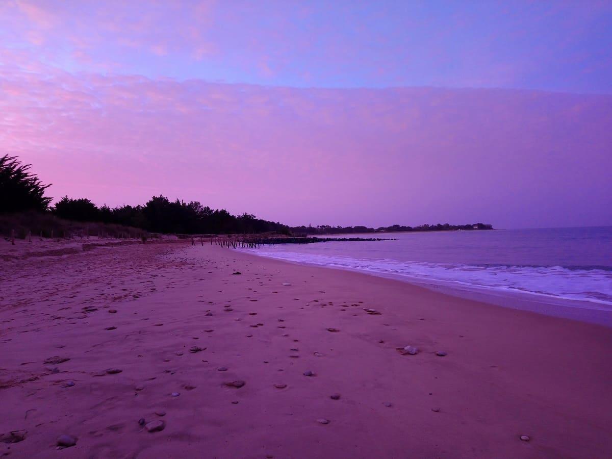 La plage de Trousse Chemise sur l'île de Ré au couché du soleil à Noel- Des lumières splendides-chambre d'hôtes Les Fillattes
