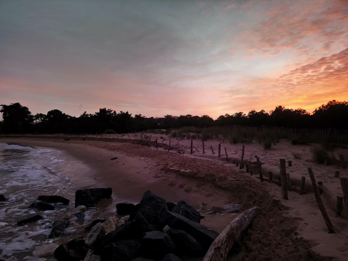 La plage de Trousse chemise sur l'île de Ré au couché du soleil à Noel- chambre d'hôtes Les Fillattes