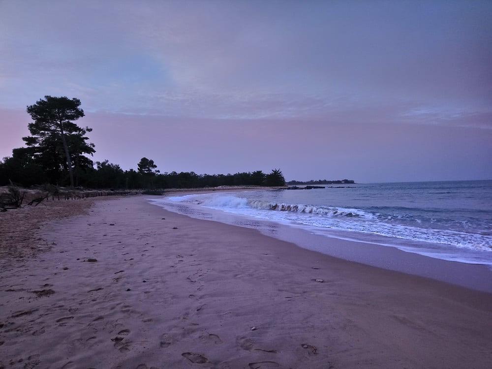 La plage de Trousse chemise sur l'île de Ré avec un splendide couché du soleil à Noel- chambre d'hôtes Les Fillattes