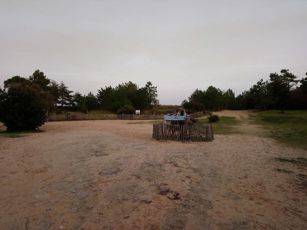 Le petit chemin entre mer et foret pour acceder à la plage de Trousse chemise sur l'île de Ré au couché du soleil à Noel- chambre d'hôtes Les Fillattes