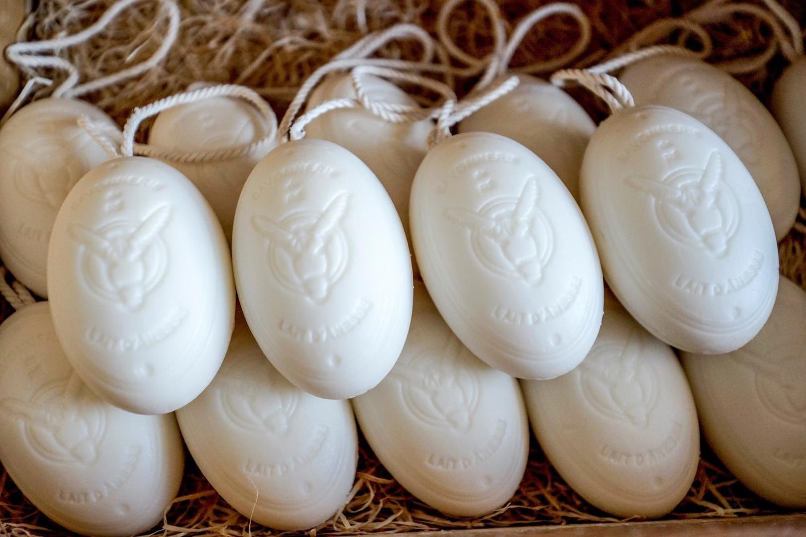 Decouvrez les savons artisanaux au lait d'anesse de l'île de Ré à la savonnerie Loix et Savons lors de votre séjour en Chambre d'hôtes les Fillattes