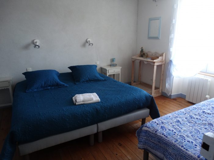 La chambre bleue des Brulonnes de la maison principale au coeur de la maison d'hôtes Les Fillattes à St Clément des Baleines sur l'ile de Ré