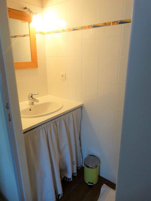 chambre d hote ile de ré pas cher - Salle de douche et lavabo de La pinaude au coeur de la maison d'hôtes Les Fillattes
